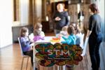 Momento del taller familiar del Museo San Telmo de Donostia